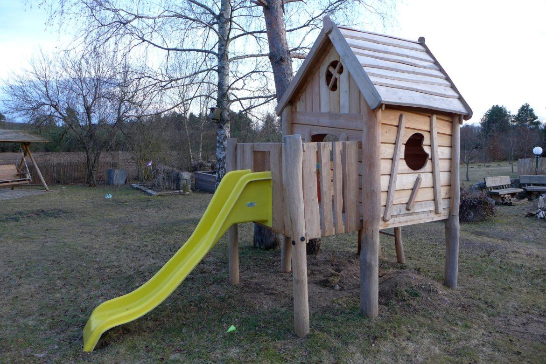 Robinie Spielhaus Podesthoehe 90cm mit Veranda und Rutsche